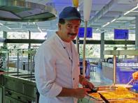 Bild: Jürgen Müller bei der Temperaturkontrolle